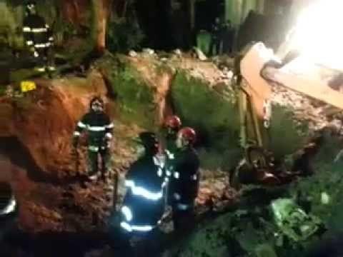 Bombeiros trabalham nas buscas por restos mortais e destroços de avião que caiu em Santos