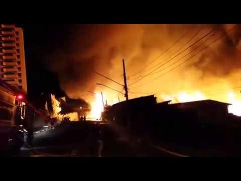 Bombeiros usam água de prédios da região para combater incêndio em favela em SP