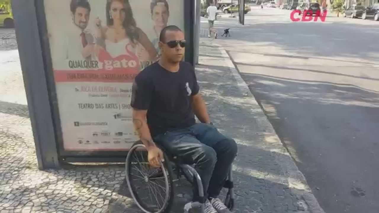 Cadeirante precisa da ajuda de passageiros para embarcar em ônibus com elevador enguiçado